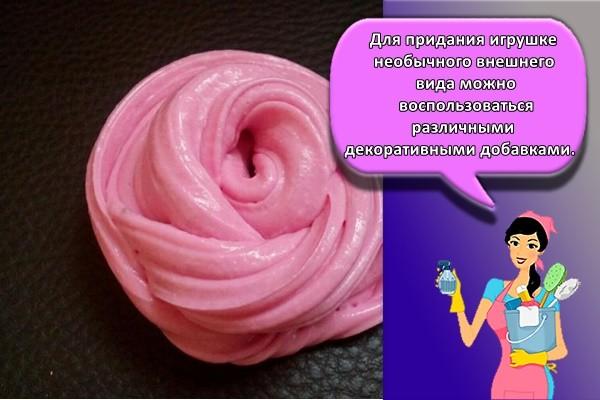 Для придания игрушке необычного внешнего вида можно воспользоваться различными декоративными добавками.