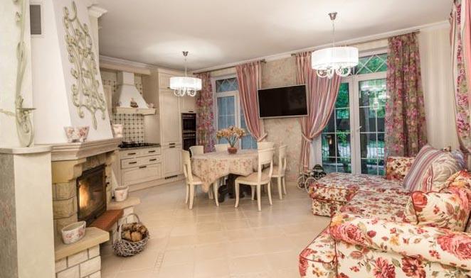 Панели на стенах, белая мебель должна контрастировать с ярким текстилем.