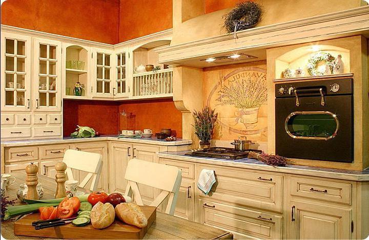 Начиная отделку интерьера кухни, подбирают такие материал, как дерево, натуральный камень.