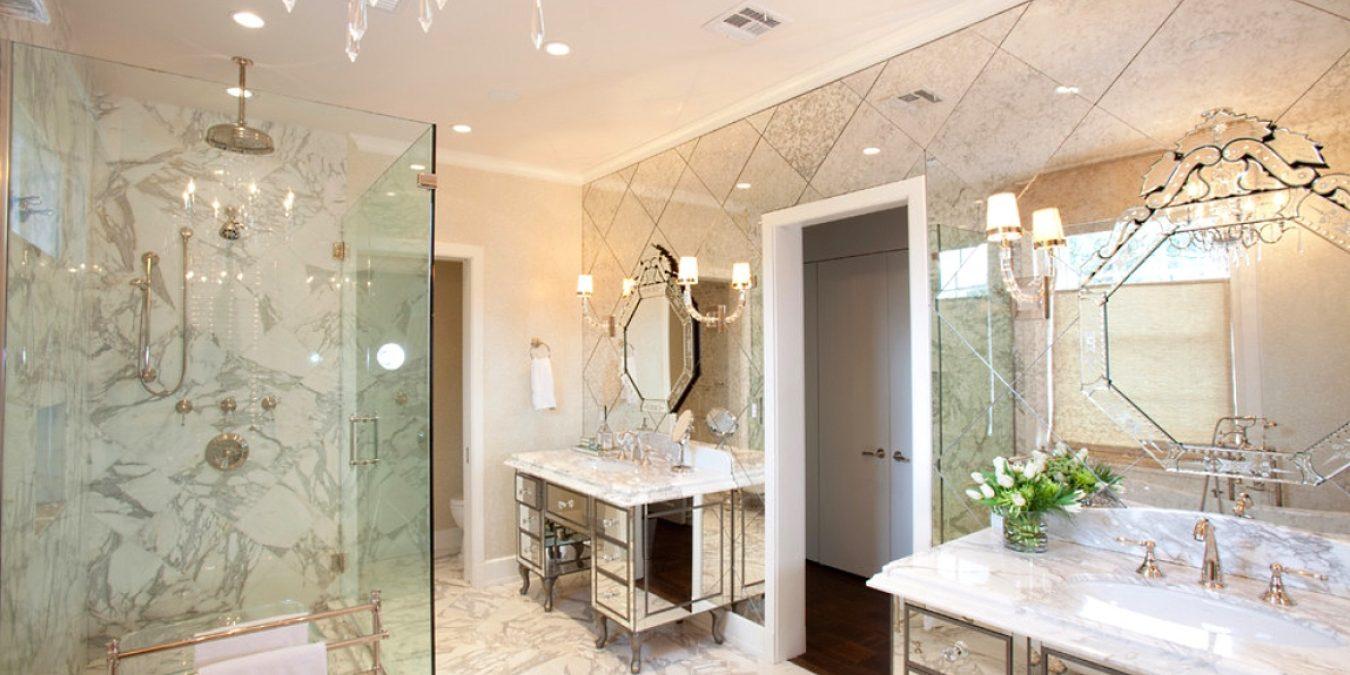 Благодаря встроенному зеркалу в кабине можно наносить маски на лицо, бриться.