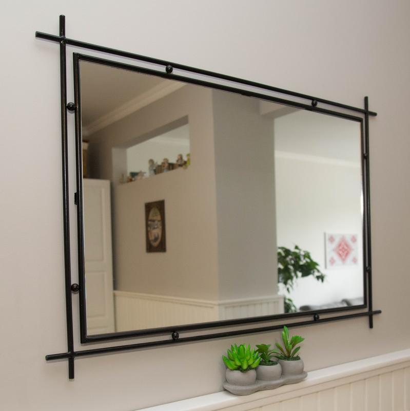 Массивное зеркало в раме