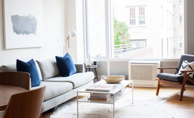 Декоративные детали для гостиной подбирают с учетом функциональных особенностей.
