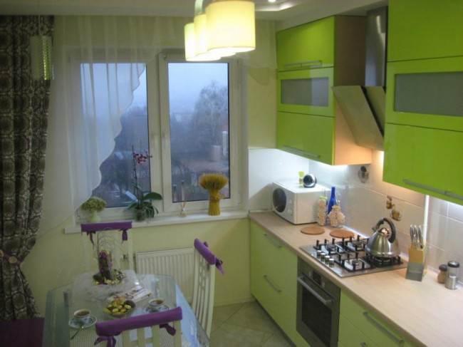 Специалисты советуют использовать в интерьере натяжной потолок.