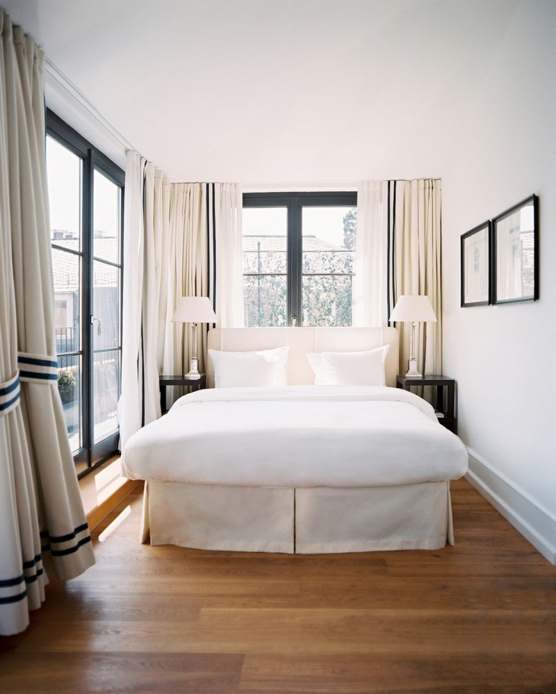В маленькой спальне стены лучше покрасить акриловой краской.
