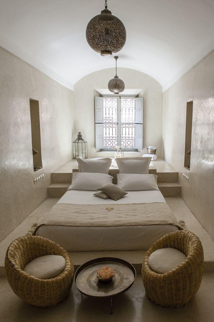 Узкую кровать лучше разместить вдоль одной из стен.