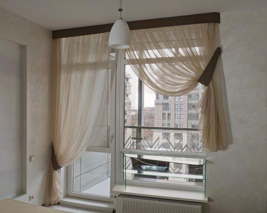 На окно с балконом