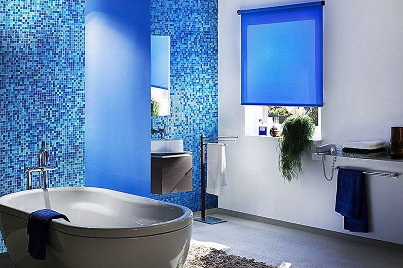 Цветовое решение санузла в синих тонах — одно из самых удачных.