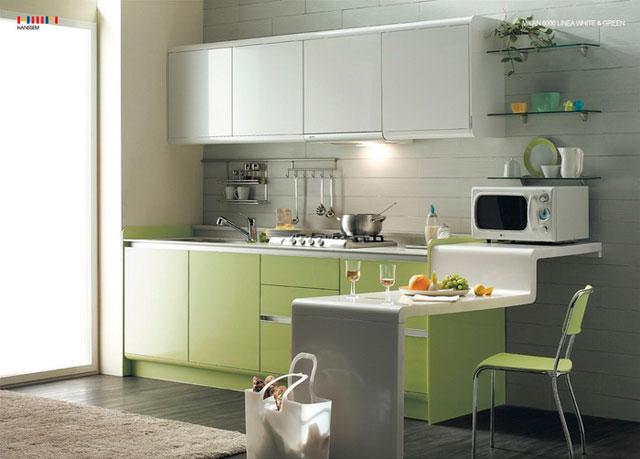 Если в фисташковом цвете исполнен кухонный гарнитур, то тон отделочных материалов нужно подбирать к предметам меблировки.