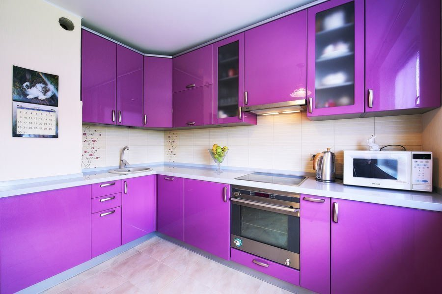 Амарантовый цвет кухни