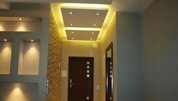 С лампочками потолок