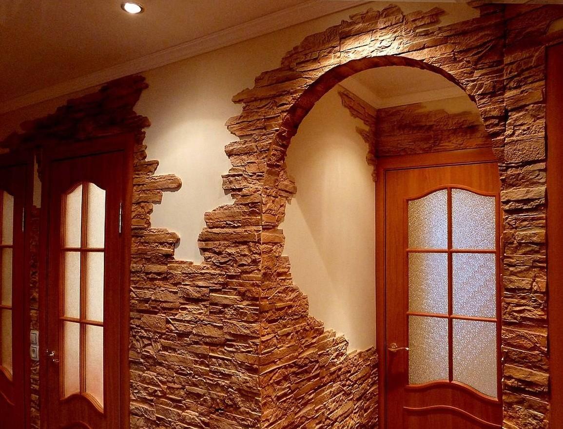 Декоративный камень удачно комбинируется с большинством отделочных материалов, в том числе и с обоями