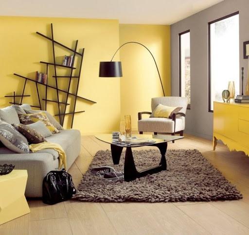 С желтым комната