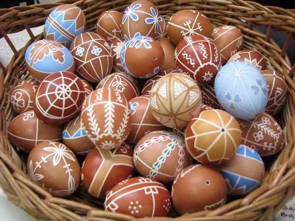 Царапают по высушенной скорлупе, держа яйцо в левой руке, инструмент – в правой.